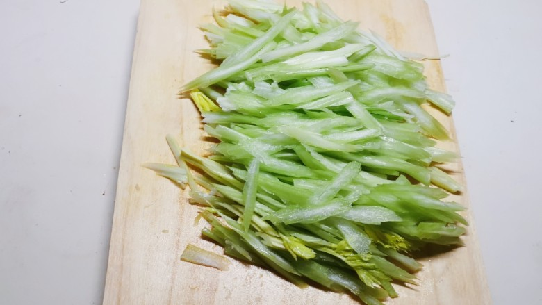 牛肉丝炒芹菜,切丝