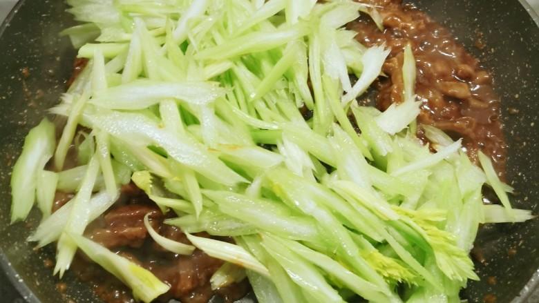 牛肉丝炒芹菜,放入芹菜
