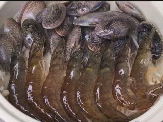 花蛤粉絲,再來一排蝦,自己做必須對自己好一點。蝦蝦記得挑去蝦線喲