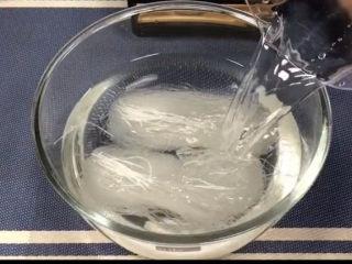 花蛤粉絲,粉絲加適量清水浸泡兩個小時,要給它泡軟,這樣煮的時候才容易軟。