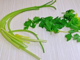 芹菜拌腐竹,芹菜去掉葉子洗干凈。
