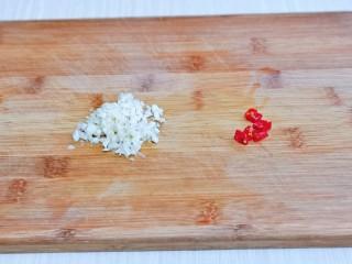 芹菜拌腐竹,大蒜去皮切碎,辣椒洗干凈切段。