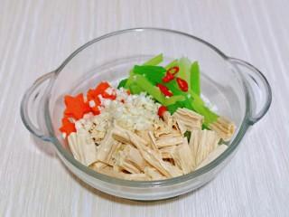 芹菜拌腐竹,加入辣椒和蒜末。