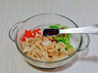 芹菜拌腐竹,再加入生抽,白砂糖,雞粉,芝麻油。