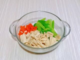 芹菜拌腐竹,將淋干水分的腐竹與芹菜放入玻璃器具中。
