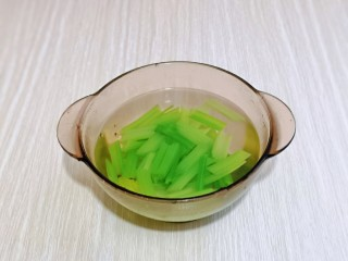 芹菜拌腐竹,撈出后立即過冷水,再撈出淋干水分。