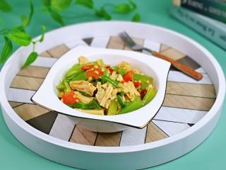 芹菜拌腐竹,裝盤即可食用,簡單快手涼拌菜,好吃停不下來。