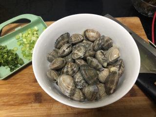 花蛤豆腐汤➕韩式花蛤豆腐汤,我买的是无沙花蛤,大家买回的花蛤可以用加过几滴食用油的淡盐水浸泡吐沙,清洗备用