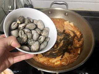 花蛤豆腐汤➕韩式花蛤豆腐汤,转大火,加入花蛤,煮到花蛤开口转小火