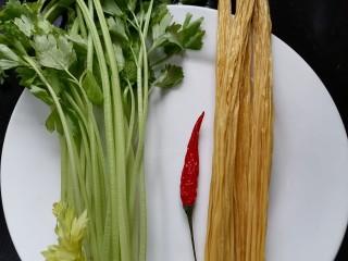 芹菜拌腐竹,準備好所需材料