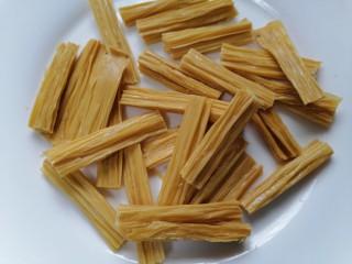 芹菜拌腐竹,將腐竹剪成均勻的段狀