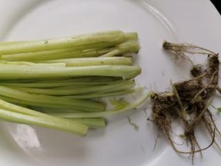 芹菜拌腐竹,將芹菜根部剪掉