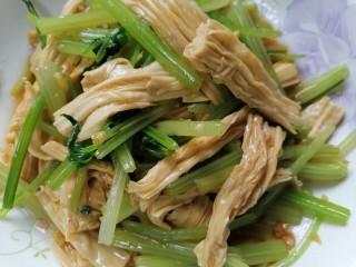 芹菜拌腐竹,將芹菜和腐竹攪拌均勻入味即可