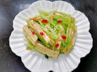 芹菜拌腐竹,另外裝一盤放上白芝麻和辣椒點綴