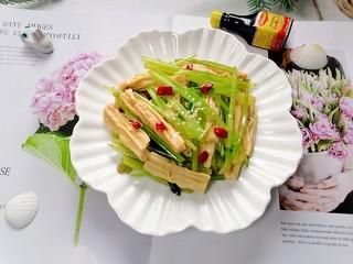 芹菜拌腐竹,拍上成品圖,一道清爽又美味的芹菜拌腐竹就完成了。
