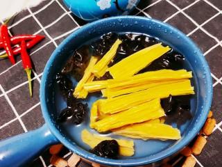 芹菜拌腐竹,腐竹和木耳涼水浸泡
