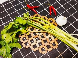 芹菜拌腐竹,準備一根大芹去根