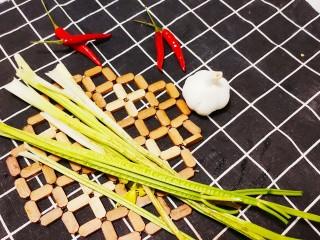 芹菜拌腐竹,摘掉葉子