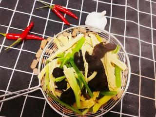 芹菜拌腐竹,煮熟后撈起瀝水備用