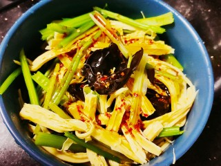 芹菜拌腐竹,倒入菜中