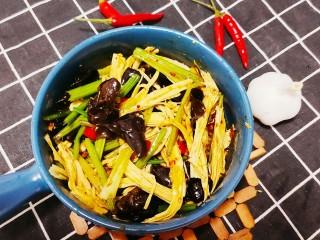 芹菜拌腐竹,攪拌均勻