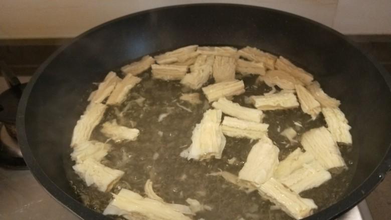 芹菜拌腐竹,开锅放腐竹。