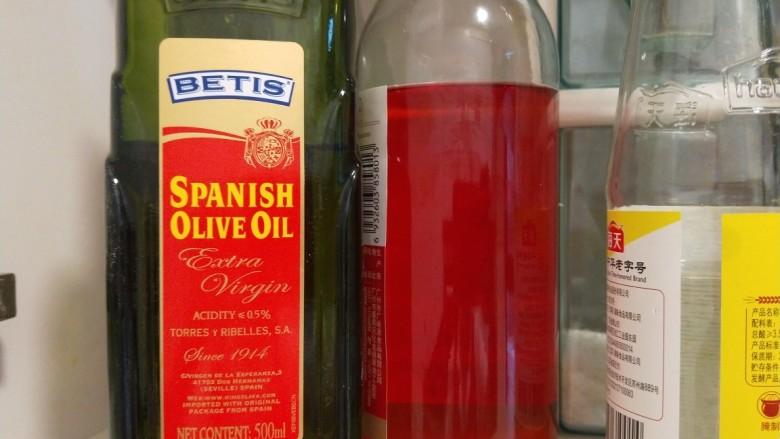 芹菜拌腐竹,<a style='color:red;display:inline-block;' href='/shicai/ 851'>橄榄油</a>,<a style='color:red;display:inline-block;' href='/shicai/ 103245'>葡萄醋</a>准备好。