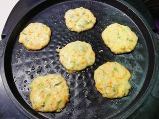 鳕鱼饼,煎烤机预热 底盘刷油 用勺子将糊糊倒入底盘 形成圆饼