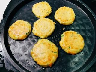 鳕鱼饼,上下火同时工作2分钟 翻面 将上盘关掉 再加热2分钟 此时上盘还有余温 煎至两面金黄  出锅