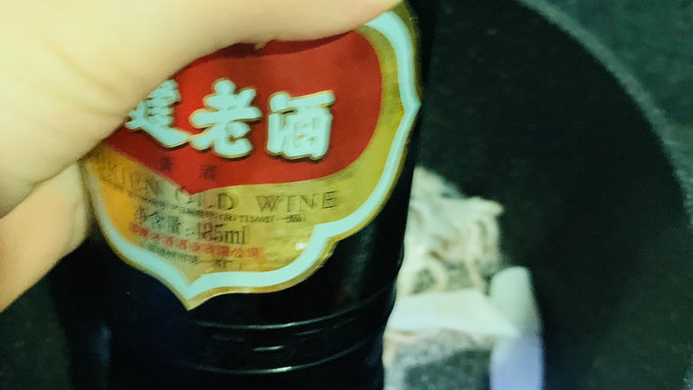 鱿鱼炒芹菜,加入鱿鱼,稍微炒一下,加<a style='color:red;display:inline-block;' href='/shicai/ 718'>料酒</a>;