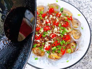 花蛤粉絲,撒上香蔥和小紅辣椒鍋中倒入油加熱后立即淋在蒜蓉上面瞬間滿屋飄香