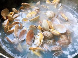 花蛤粉絲,花蛤煮至完全展開即可