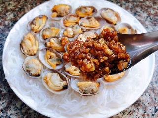 花蛤粉絲,將炒好的蒜蓉淋在花蛤肉肉上面