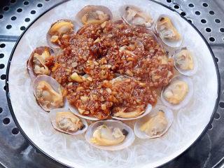 花蛤粉絲,蒜蓉粉絲花蛤放入開水中的蒸鍋大火蒸三分鐘