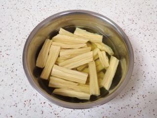 芹菜拌腐竹,干腐竹掰成段放入温水里面,加一点点盐泡软。