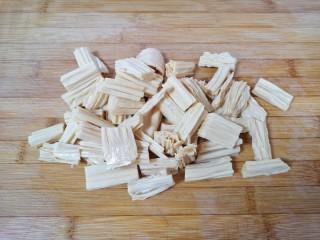 芹菜拌腐竹,泡好的腐竹冲洗一下切成小段。