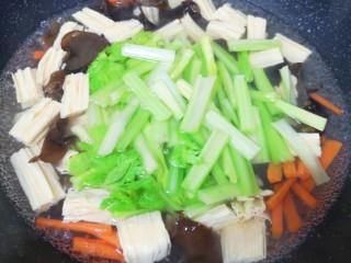 芹菜拌腐竹,再次烧开以后下入芹菜,烧开以后煮一分钟关火。