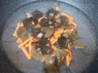 芹菜拌腐竹,接着下入木耳。