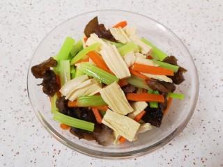 芹菜拌腐竹,将所有的食材捞出过凉水,控好水分备用。