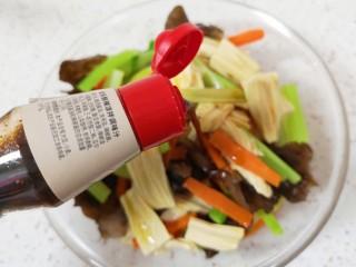 芹菜拌腐竹,加入鲜辣凉拌汁。