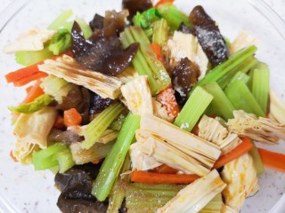 芹菜拌腐竹,根据自己的口味放盐、鸡精和香醋搅拌均匀。