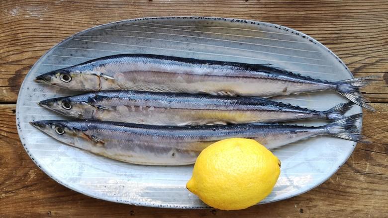 干煎秋刀鱼,准备食材。