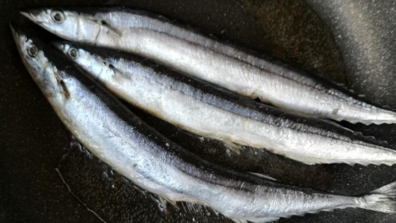 干煎秋刀鱼,将秋刀鱼下锅小火慢煎。