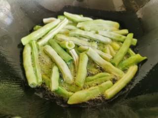 干煸蕓豆,鍋里放入多一點的油,放入蕓豆段炸熟。
