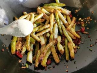 干煸蕓豆,放入炸好的蕓豆,加入適量食鹽。