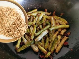 干煸蕓豆,最后可以加入少許的熟芝麻。