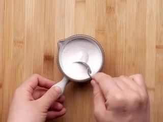 空心糖燒餅,在醒面的同時把白糖和玉米淀粉攪拌均勻做成內餡。