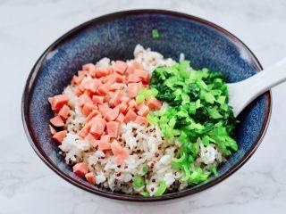 三色藜麥青菜飯團,上面加入火腿丁和油菜碎。