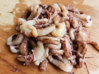香辣鱿鱼须, 鱿鱼须清洗干净,把较长的从中间切断。