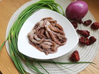 香辣鱿鱼须,准备所需要的食材。